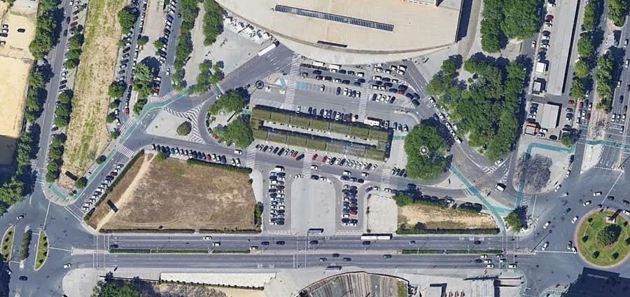 La ciudad es para los coches. Imagen aérea de la calle José Laguillo en Sevilla (Google Earth).