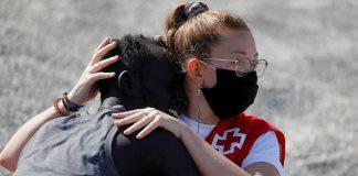 Luna Reyes consuela a un inmigrante, en un gesto cargado de humanidad. RTVE