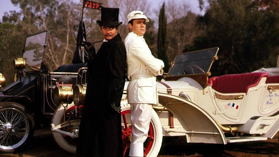 Mucha gente tiene un coche, o dos, o coche y moto... Jack Lemmon y Tony Curtis en La carrera del siglo (1965, Warner Bros.).