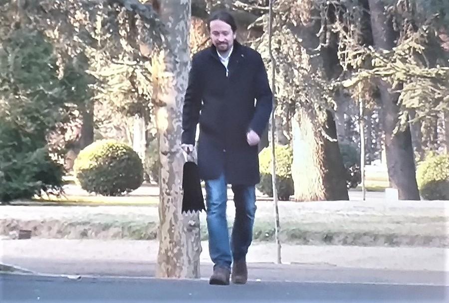 Ufano, con su cartera de vicepresidente, en los jardines de La Moncloa. RTVE
