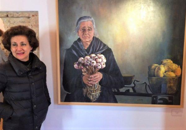 En una exposición, ante una de sus obras con figura.