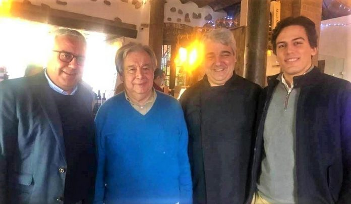 Antonio Guterres, con jersey azul, es la sencillez personificada. Aquí, con otros ciudadanos portugueses, en Elvas.