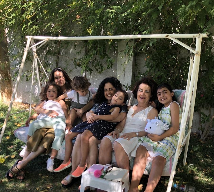 Con sus hijas y sus cuatro nietos, como la gran madre y abuela que es.