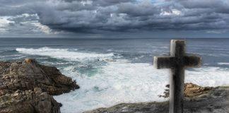 Vives aquí la muerte, la recibes junto a la costa en donde las olas alcanzaron mayor altura que la niebla.