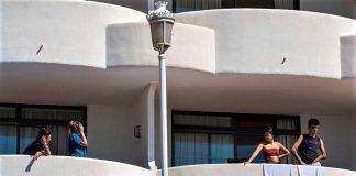 Algunos adolescentes del macrobrote, confinados en el hotel de Mallorca. RTVE