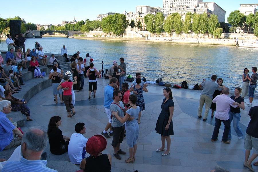 Bailes latinos a orillas del Sena en París. J.M. PAGADOR