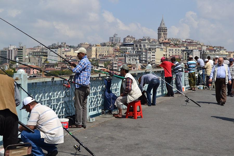 Gente pescando en el puente Gálata de Estambul. J.M. PAGADOR
