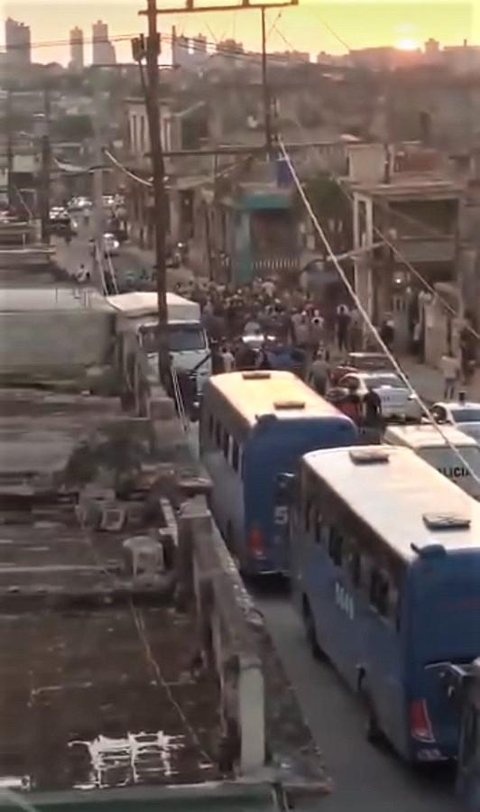 Las calles ya están tomadas por numerosos furgones policiales.