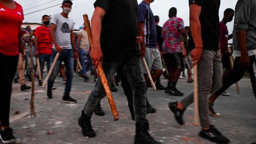 """Las hordas del castrismo ejemplifican la """"democracia"""" cubana."""