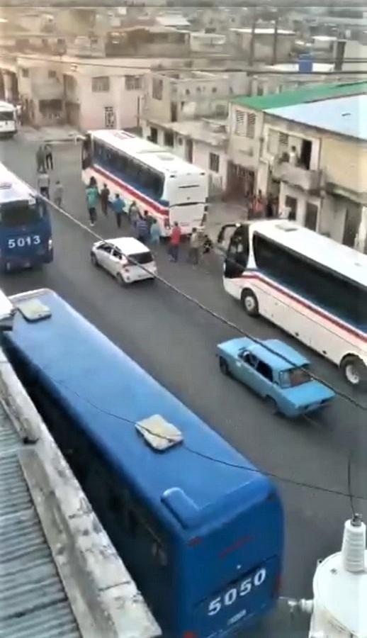 Los autobuses cargados de bárbaros estacionan junto a los furgones policiales.