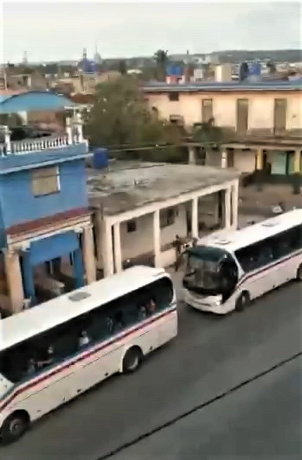 Siguen llegando autobuses.