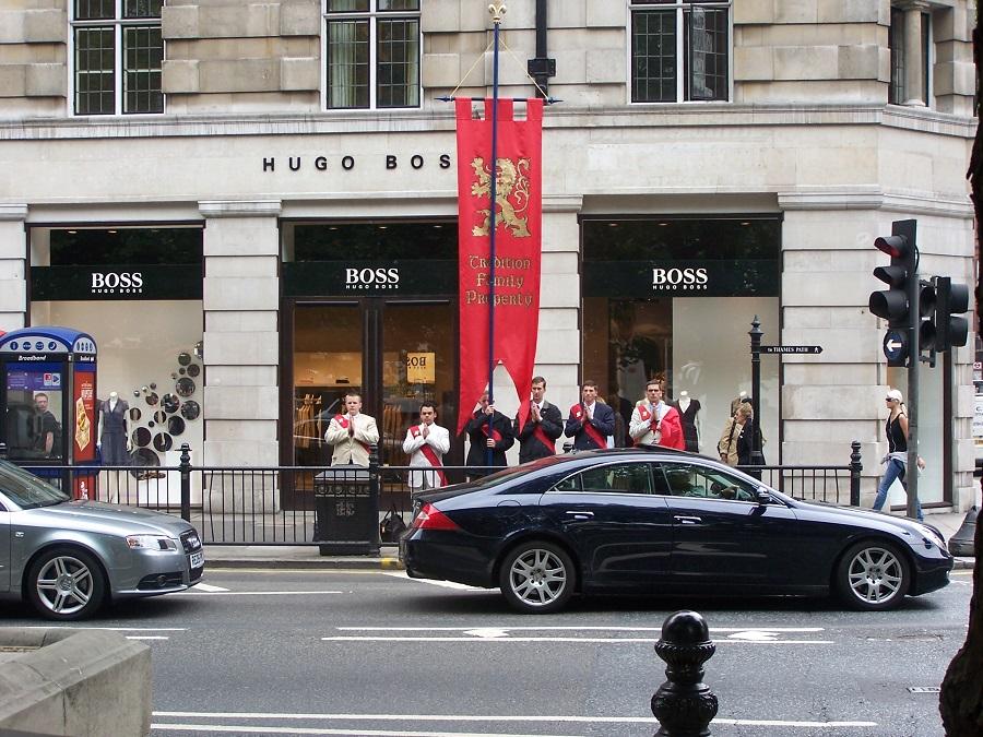 Tradicionalistas británicos en una calle de Londres. J.M. PAGADOR