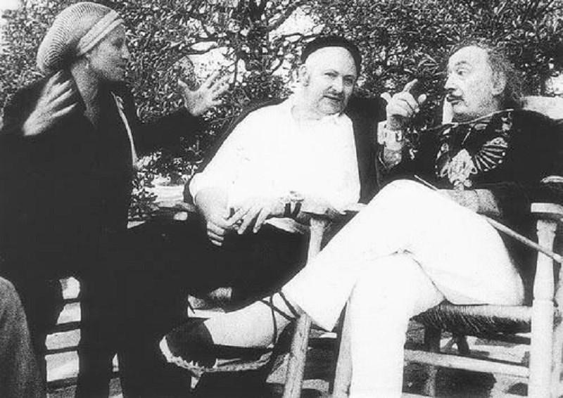 Vostell,en el centro, con su esposa, Mercedes Guardado, y Dalí, en 1978.