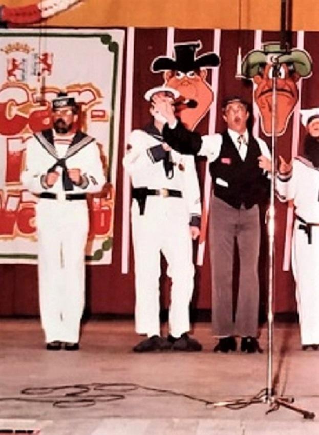 El grupo de Pagador, 1ºIz,, disfrazados de 'Marineros del Azor', con S.Thovar de funcionario. ARCHIVO J.M. PAGADOR