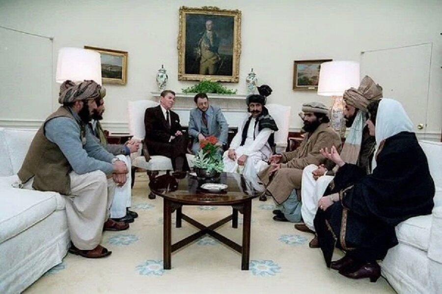 El presidente Reagan recibe a muhayidines afganos en la Casa Blanca.