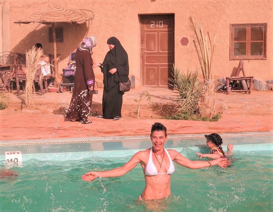 En un resort marroquí, el contraste entre la turista europea y las mujeres nativas. ELISA BLÁZQUEZ
