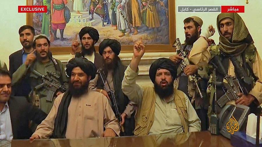 Los talibán en el palacio presidencial de Kabul el 15 de agosto de 2021. AL JAZEERA