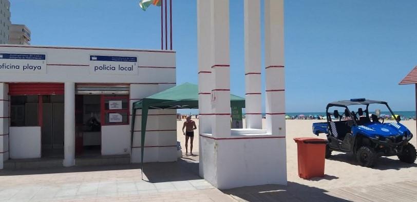 Solo dos agentes y el quad 'de exposición' en el puesto de playa Victoria. PROPRONews