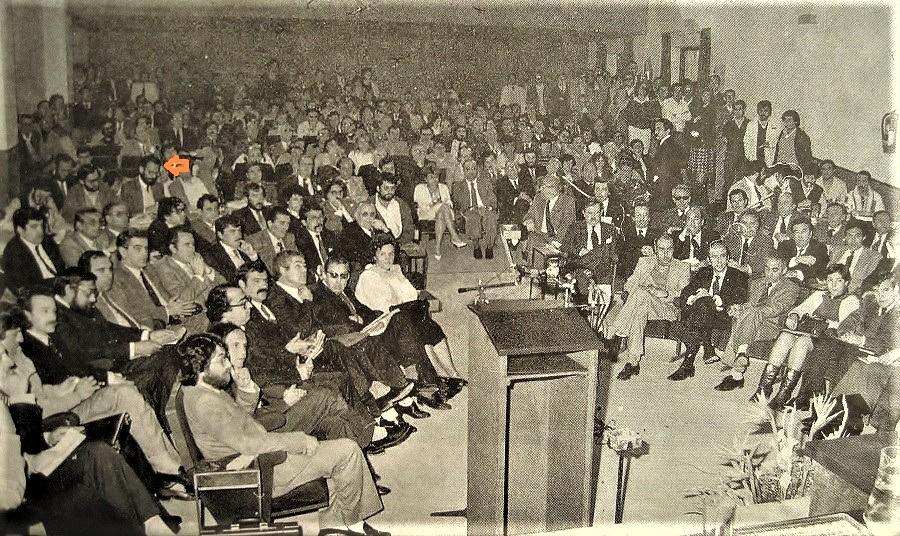 Constitución de la Asamblea de Extremadura. El periodista está señalado por la flecha. ARCHIVO J.M.P.