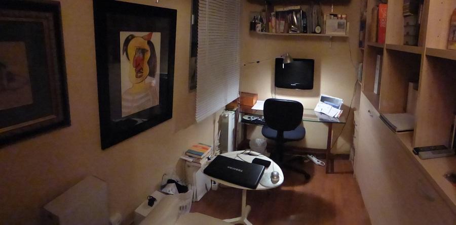Despacho del periodista en su casa de Sevilla, donde clasifica y sistematiza su archivo. PROPRONews