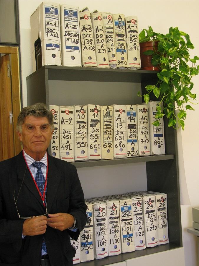 El anterior director de la Biblioteca de Extremadura con la primera entrega de la donación, 26 contenedores con más de 4.000 documentos. PROPRONews