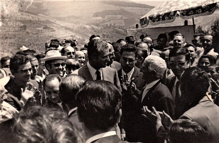 El entonces príncipe Juan Carlos, en su primera visita a las Hurdes, con el célebre Tío Picho. ARCHIVO J.M.P.