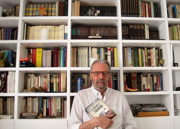 El periodista, en su biblioteca en su casa de Cádiz, con su último libro publicado. PROPRONews