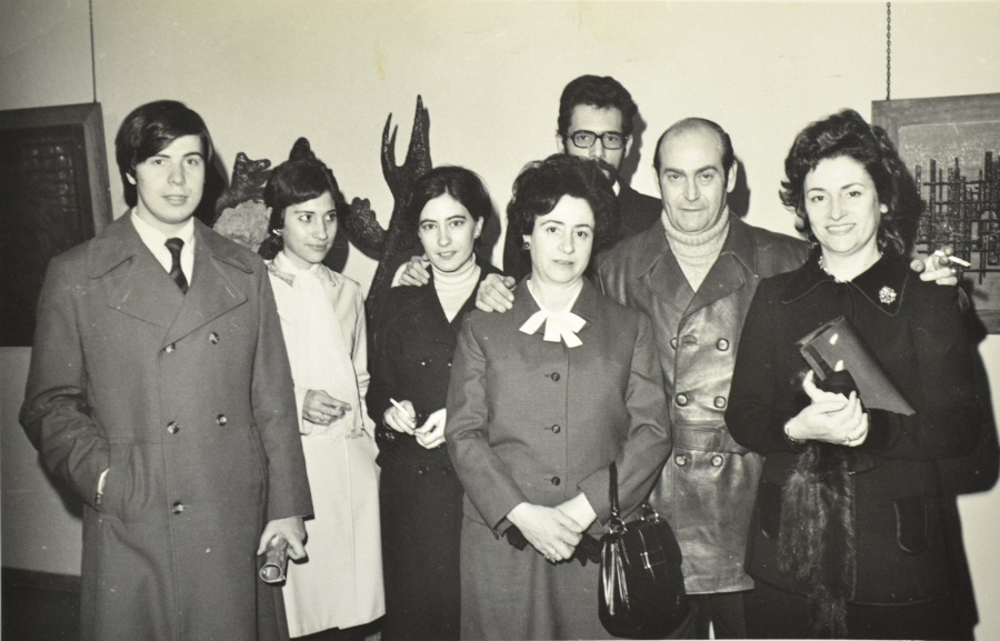 El periodista su primera esposa y amigos, en la inauguración de la primera exposición de Luis Álvarez Lencero en Madrid. ARCHIVO J.M.P.