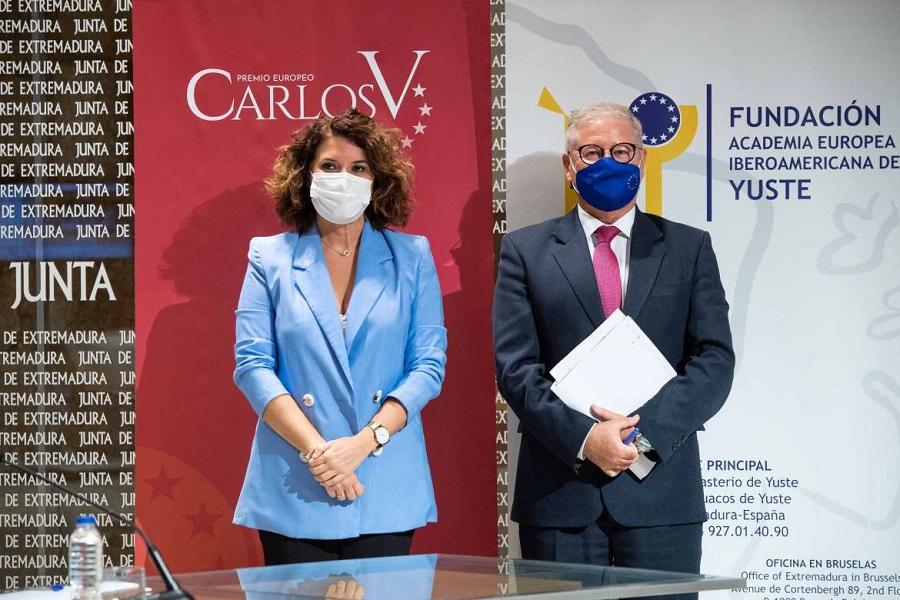 Momento de la proclamación de los premios, por los responsables de la Junta de Extremadura y de la Fundación. JUNTAEX