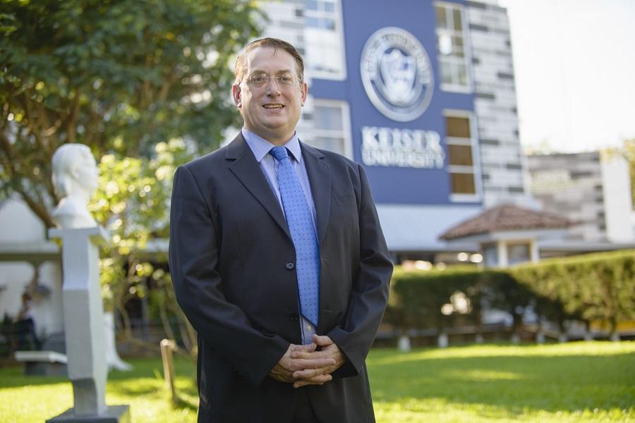 Mr. Anderson, el rector que apoyó al joven.