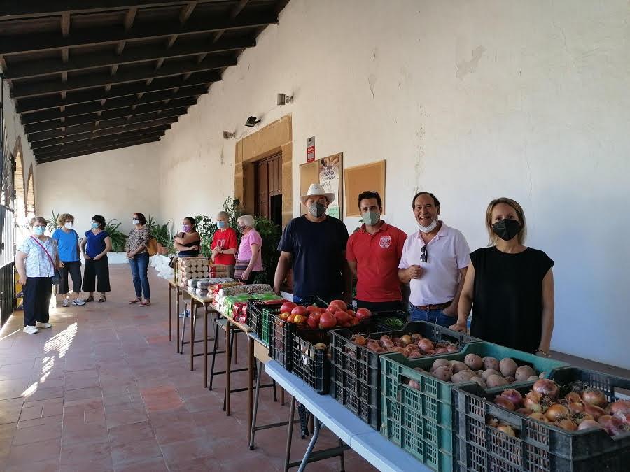 Repartiendo alimentos en Cáceres, con la Comunidad de Regantes La Concordia.