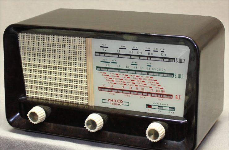 ...la música de unos gaiteros que sale de una radio 'Philco'.